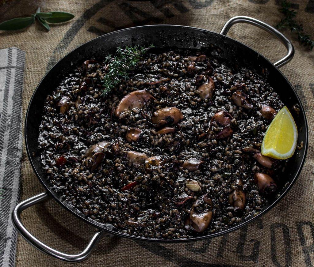 arroz negro prato tipico da catalunya
