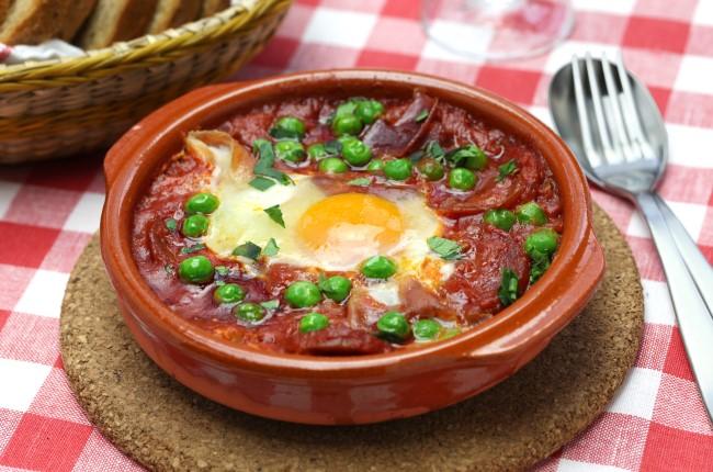 huevos a la flamenca. prato tipico do sul da espanha