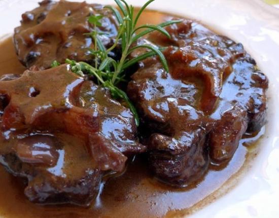 rabo de toro. prato tipico da culinaria do sul da espanha. andaluzia