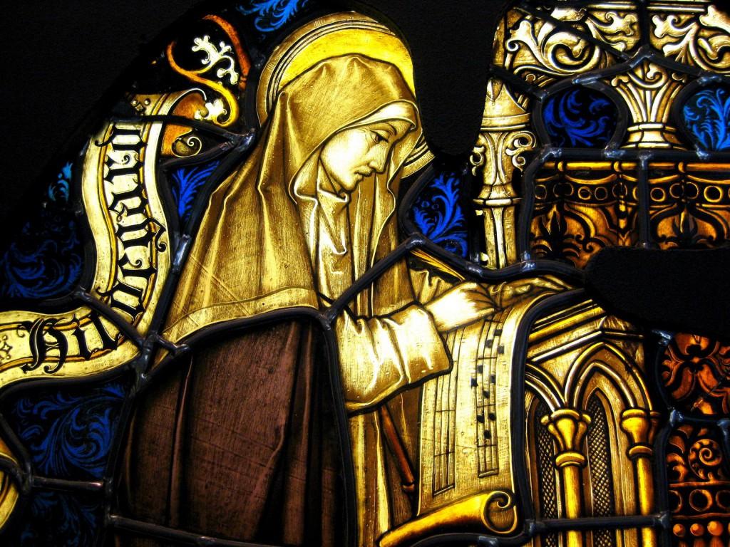 Vitral católico representando a santa Hildegarda de Bingen