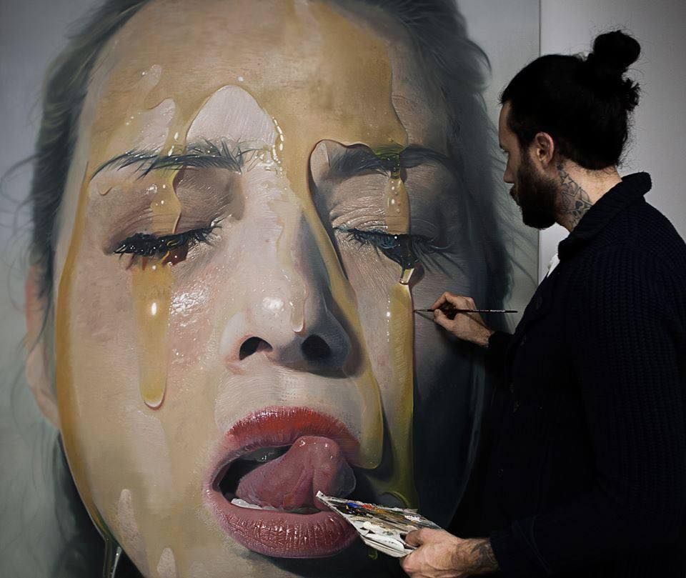 Mike Vargas - Pintor hiper-realista pintando um quadro de uma mulher com mel na cara