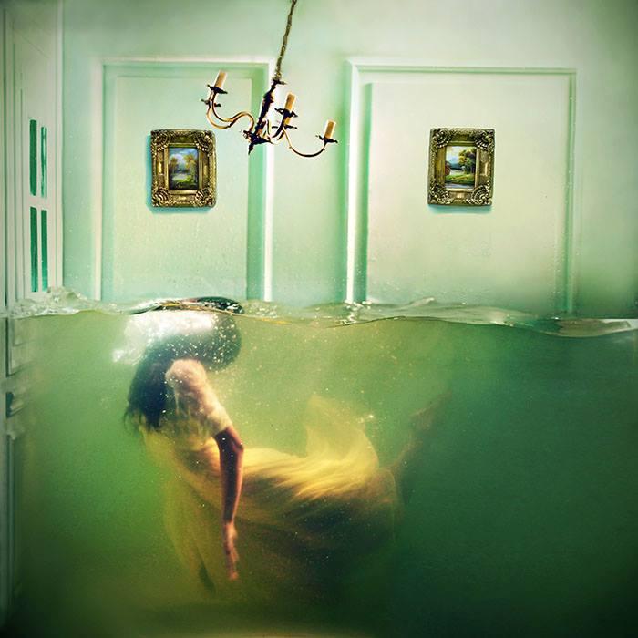 Lara Zankoul - Fotógrafa surrealista mulher embaixo da agua de roupa