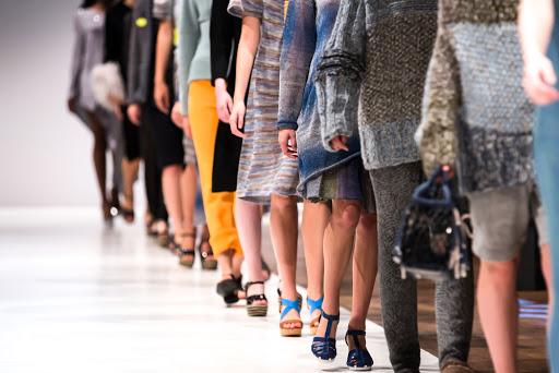 modelos fora do padrão desfile de moda