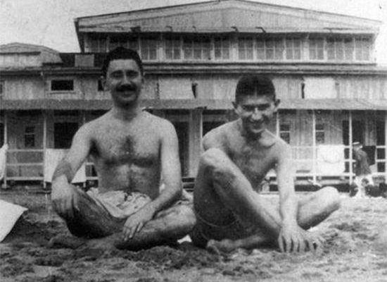 Kafka e seu melhor amigo max brod na praia