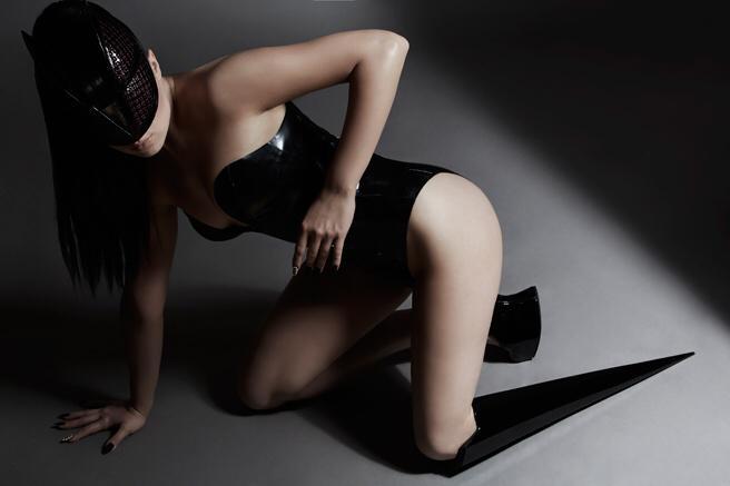 Viktoria Modesta - Modelo e cantora amputada com sua protese estilizada